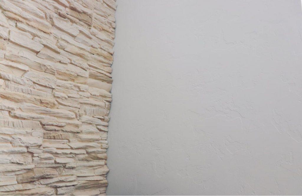 Verblendung aus Naturstein mit mediterraner Spachteltechnik